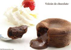 Coulant o Volcán de chocolate - Recetas Thermomix   MisThermorecetas Chocolate Desserts, Chocolate Cake, No Bake Desserts, Dessert Recipes, Chocolate Thermomix, Chocolate Fundido, Lava Cakes, Man Food, Chef Recipes