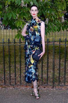 A Londres pour la Summer Party de la Serpentine Gallery, Erin O'Connor portait une robe fleurie signée Erdem de la collection printemps-été 2015. http://www.vogue.fr/mode/inspirations/diaporama/les-looks-de-la-semaine-du-podium-au-tapis-rouge/21397/carrousel#a-londres-pour-la-summer-party-de-la-serpentine-gallery-erin-oconnor-portait-une-robe-fleurie-signe-erdem-de-la-collection-printemps-t-2015