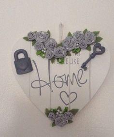 Su un cuore di legno ho incollato delle rose fatte a mano con gessetti colorati con acrilico