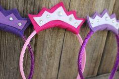 Aprenda a fazer uma linda coroa de princesa, usando feltro, cola e uma tiara em plástico.