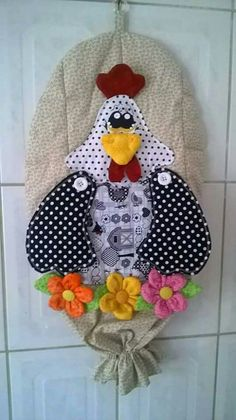PuchaPuxa sac o galinha Yarn Crafts, Fabric Crafts, Sewing Crafts, Diy And Crafts, Sewing Projects, Chicken Quilt, Grocery Bag Holder, Plastic Bag Holders, Rooster Decor