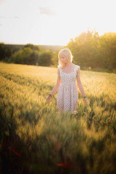 Portraits von Sandra beim Sonnenuntergang in Wiesloch Schöne Frau im Kornfeld laufend