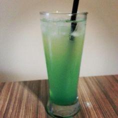 O GNOMO CARIBENHO | Prepare um Big Apple e sirva com Rum de Coco, Citrus e Licor de Menta. | Uma variação do Pirata Irlandês. A menta entra no lugar do Midori, o que potencializa a sua refrescância.