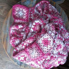 5 cores, 120 combinações,  um quadrado diferente do outro, amei fazer quadrados #crochetlovers #amocroche #croche #crochet #croché #ganchillo #feitoamao #handmade #madeinbrazil #decor #trapillo #fiospingouin