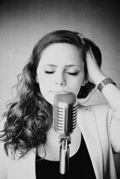retro microphone, woman singing, portrait by Jasmijn Hormann