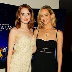 Shippando fortemente essa amizade! No Fashionismo tem post com o look das duas e muitos outros  #jlaw #emmastone #friendshipgoals