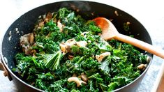 Recept:Vitlöksfräst grönkål med svamp - Meny   Sveriges Radio Vegan Vegetarian, Vegetarian Recipes, Seaweed Salad, Easy Healthy Recipes, Food And Drink, Veggies, Lunch, Dinner, Cooking