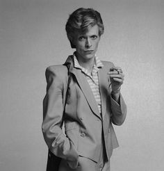 Liv's Linda Evangelista b&w photo reminds me of this David Bowie image. Even in men's wear Bowie could be so androgynous, n'est pas?