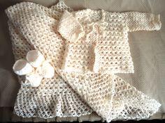 Conjunto de casaquinho, sapatinho e manta feito à mão em crochê tradicional e peruano com lã na cor pérola.  Manta medindo 80x80cm. Botões tipo bolinha de pérola.  PRODUTO ARTESANAL SUJEITO À VARIAÇÕES NA TONALIDADE DA COR.