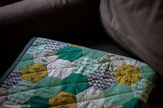 Baby - Patchwork - Quilt Decke. Handgenäht (maschinell gequiltet)  #decke #patchwork #babydecke #nähen #nähenfürkindern #nähenmachtglücklich #epp #englischpaperpiecing #quilten #lilleluett #nähenfürbabys #handnähen #elefanten #wolf #türkis #grau #gelb #hexies #hexagon