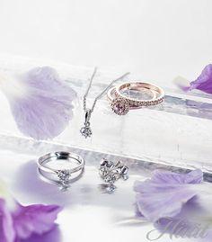 Kohinoor-malliston rosekultaiset Valerie-sormukset on suunnitellut Sami Laatikainen, morganiitilla ja timanteilla koristettu sormus 1449 € ja timanttirivisormus 835 €. Valkokultaisen Rosa-sarjan timanttiriipus 1349 €, briljanttihiontaisella 0,23 ct H/SI- timantilla koristettu Rosa-sormus 1759 € ja Rosa-korvakorut 1869 €, design Assi Arnimaa. www.kohinoor.fi  Via www.haat.fi/aiheet/morsiuspari/haaveissa-timanttisormus-mita-olisi-hyva-tietaa-ennen-ostoksille-lahtoa