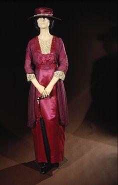 Evening dress, silk satin | c. 1910 | Newcastle Museum