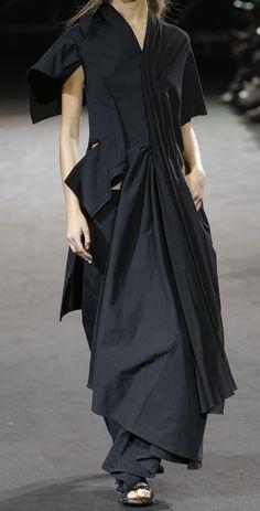 All black at Yohji Yamamoto spring 2019 fashion show, via Vogue Runway app Runway Fashion, Fashion Show, Fashion Outfits, Fashion Design, Fashion Trends, Short Women Fashion, Womens Fashion, Stylish Tops, Yohji Yamamoto