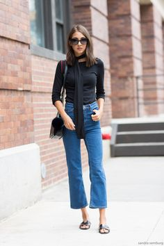 Street style look com cropped flare jeans Style Désinvolte Chic, Street Style Chic, Style Casual, Casual Chic, Fall Fashion Trends, Autumn Fashion, Look Jean, Jeans, Skinny Scarves