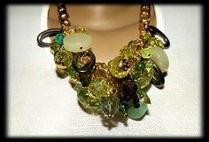 Maxi colar com diversas contas em tons de verde, cinza e grafite. R$ 47,00