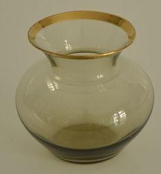 Minimalistische Mid-century Rauchglasvase für eine Blume aus den 1960ern. Bauchiges Glasdesign mit Goldrand oben. von VintageLoppisStyle auf Etsy