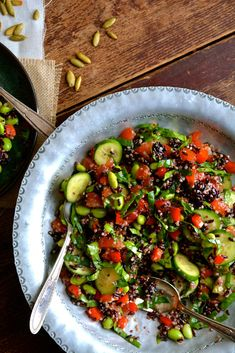 Quninoa, Edamame & Black Rice Salad with Baby Spinach & Toasted Pumpkin Seeds drizzled with Lemon-y Vinaigrette Quinoa Spinach, Quinoa Salad, Baby Spinach, Salads For Picnics, Summer Salads, Black Rice Salad, Edamame Beans, Toasted Pumpkin Seeds, Veggie Recipes