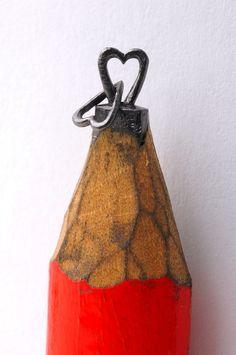 """""""Ghetti aprendeu a esculpir lápis à mão quando tinha seis anos. Filho de uma costureira, cedo aprendeu a coser e usava as agulhas para esculpir, além de fazer os seus próprios brinquedos, como carrinhos, caixas ou bonecas. Pouco a pouco, a sua técnica foi-se aperfeiçoando, tornando-se numa arte de atenção ao pormenor."""""""