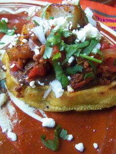 Sopes de Chorizo con Papa (Potato and Mexican Chorizo Sopes) Beef Chorizo, Chorizo And Potato, Mexican Chorizo, Gf Recipes, Mexican Food Recipes, Cooking Recipes, Delicious Recipes, Recipies, Mexican Menu