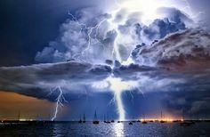 Espectacular tormenta con relámpagos a distintas alturas retratada sobre la Bahía Corio por James Collier. La imagen cierra el ´Calendario del tiempo 2013´ de la Oficina de Meteorología australiana como protagonista del mes de diciembre.