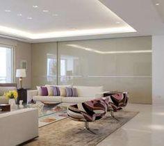 Uma porta de correr separa as salas de estar e de jantar. Bem alta, assemelha-se a uma parede quando fechada Foto: Marcelo Rosset Arquitetura
