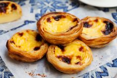 Do you know the difference between the Pastel de Nata and the Pastel de Belém? Portuguese Custard Tarts, Portuguese Egg Tart, Portuguese Desserts, Portuguese Recipes, Frozen Puff Pastry, Custard Filling, Tartelette, Crunch, Cake Toppings