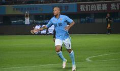 De volta ao Brasil após rescindir seu contrato com o Tianjin Quanjian, o atacante Luís Fabiano deve definir seu futuro clube em breve.