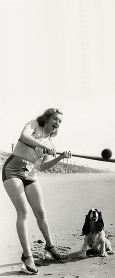 1947: Marilyn Monroe – Norma Jeane – playing baseball at the beach with her dog …. #marilynmonroe #pinup #monroe #marilyn #normajeane #iconic #sexsymbol #hollywoodlegend #hollywoodactress #1940s