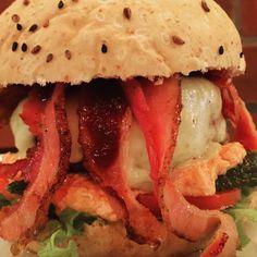 Alface julienne, tomate italiano, picles, maionese de oliva e tomate seco, Burger de entrecot recheado com ghee de tomilho, muzzarela, bacon na manteiga e o exclusivo catchup de chiplote do Chef John Yeti.  #burgerporn #burgerlover #instaburger #instafood #foodporn