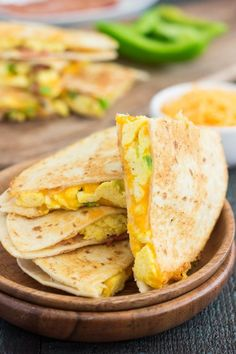 These Easy Breakfast Quesadillas are filled with fluffy, scrambled eggs, green peppers, bacon(I'd use Turkey bacon)and cheddar cheeses, all enveloped between two crispy tortilla shells. It's an easy meal that's perfect for busy mornings! Egg Recipes, Brunch Recipes, Breakfast Recipes, Dinner Recipes, Cooking Recipes, Breakfast Ideas, Tailgating Recipes, Barbecue Recipes, Barbecue Sauce