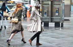 Una gabardina, un sombrero de lluvia