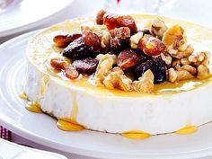Brietårta med valnötter och aprikoser | Recept.nu No Salt Recipes, Cake Recipes, Köstliche Desserts, Delicious Desserts, Tapas, Lchf, Food Porn, Good Food, Yummy Food