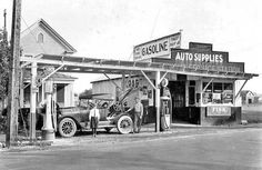 Magnolia Service Station with Sinclair pumps Old Gas Pumps, Vintage Gas Pumps, Vintage Auto, Pictures Of Gases, Old General Stores, Pompe A Essence, Gas Service, Cool Garages, Old Garage