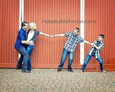 Family of 4 Photo Ideas Wedding Picture Poses, Family Picture Poses, Family Photo Sessions, Family Posing, Family Portraits, Wedding Pictures, Funny Family Photos, Fall Family Pictures, Poses Photo