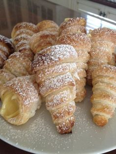 The famous Italian Cannoncini alla creme pasticcera. Italian Pastries, Sweet Pastries, French Pastries, Eclairs, Puff Pastry Desserts, Puff Pastry Recipes, French Desserts, Italian Desserts, Gourmet Desserts