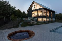 Chalet Paramount - la SHED architecture — Maxime Brouillet Small House Exteriors, Small House Interior Design, Small House Decorating, House Design, Modern Family House, Modern Lake House, Buy A Tiny House, Building A Tiny House, La Shed Architecture