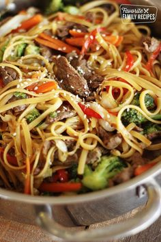 This Quick & Easy Beef Noodle Stir Fry can be made in just 20 minutes – Tender beef, fresh veggies, and noodles tossed together in a delicious savory sauce. Source by methecollector Beef Noodle Stir Fry, Stir Fry Noodles, Beef And Noodles, Beef Stir Fry Sauce, Steak Stir Fry, Chinese Beef Stir Fry, Stir Fry Pasta, Rice Noodles, Stir Fry Wok