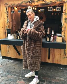 Hailey Baldwin wears an UGG x Kith Coat and Acne Studios Sneakers Estilo Hailey Baldwin, Hailey Baldwin Style, Winter Fashion Outfits, Fall Winter Outfits, Autumn Winter Fashion, Winter Fits, Mode Streetwear, Mode Style, Celebrity Style