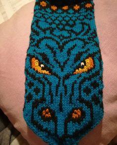 Votter under produksjon. Knitted Mittens Pattern, Knit Mittens, Dragon Pattern, Garden Art, Ravelry, Knit Crochet, Diy And Crafts, Knitting, Hats