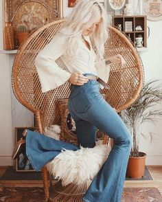 Today I want to share some ideas of outfits with hippie style, but at the chic turn, these outfits you can get them with the return of pants with bell at the bottom, are usually