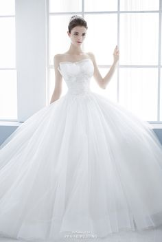 Stylish and feminine, we can't resist this graceful ball gown from Jessica Lauren!