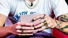 Harry Styles Tattoos, Harry Styles Pictures, Harry Styles Wallpaper, Mr Style, Pretty Men, Harry Edward Styles, Cute Nails, Pretty Nails, Love Bracelets