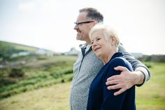 As we get older, our mental and physical health change a lot. Since aging can bring unique health issues, we need to take good care of ourse Photo Couple Amoureux, Fitness Senior, Old Couples, Married Couples, Alzheimer, Low Impact Workout, Healthy Aging, Happy Healthy, Healthy Foods