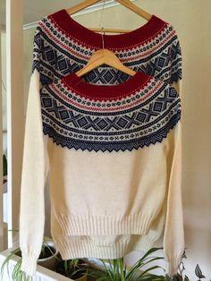 Lisbets hobbyblogg: 2 mariusgensere i hvit, blå og rød. Fair Isle Knitting Patterns, Drops Design, Handicraft, Color Combinations, Colours, Pullover, Crochet, Womens Fashion, Inspiration