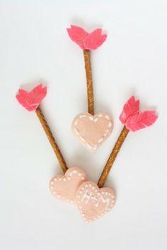 Cupido's pijltjesIngrediëntenHartvormige suikerkoekjesPretzelsChocoladeRode, kneedbare snoepjes met...