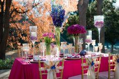 hochzeitsdekoration ideen magenta und blaue Blumen und Glaswindlichter