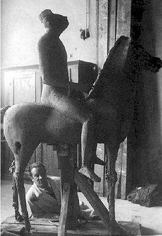 Gli anni dell'ISIA: Marino Marini nello studio con Cavallo e cavaliere (1936).