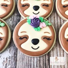 This sloth face cookie is so fun! Original cookie design is by the awesome Go check out her IG feed for pure cookie… Iced Cookies, Cute Cookies, Royal Icing Cookies, Sugar Cookies, Cookies Et Biscuits, Valentine Cookies, Birthday Cookies, Cupcakes, Cupcake Cookies