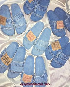 Upcycle Your Old Jeans into an Amazing Woven Bag (With images) Artisanats Denim, Denim Shoes, Denim Purse, Denim And Lace, Jean Crafts, Denim Crafts, Diy Jeans, Sewing Hacks, Sewing Tutorials