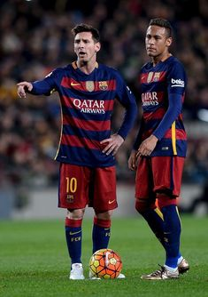 Barcelona's Argentinian forward Lionel Messi (L) gestures to referee as he stands past Barcelona's Brazilian forward Neymar during the Spanish league football match FC Barcelona vs Athletic Club Bilbao at the Camp Nou stadium in Barcelona on January 17, 2016. Football Match, Football Fans, Football Players, Neymar Football, Messi Soccer, Messi And Neymar, Cristiano Ronaldo Lionel Messi, Lionel Messi Barcelona, Barcelona Football